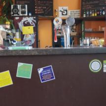 Samolepky na baru v klubu V. kolona